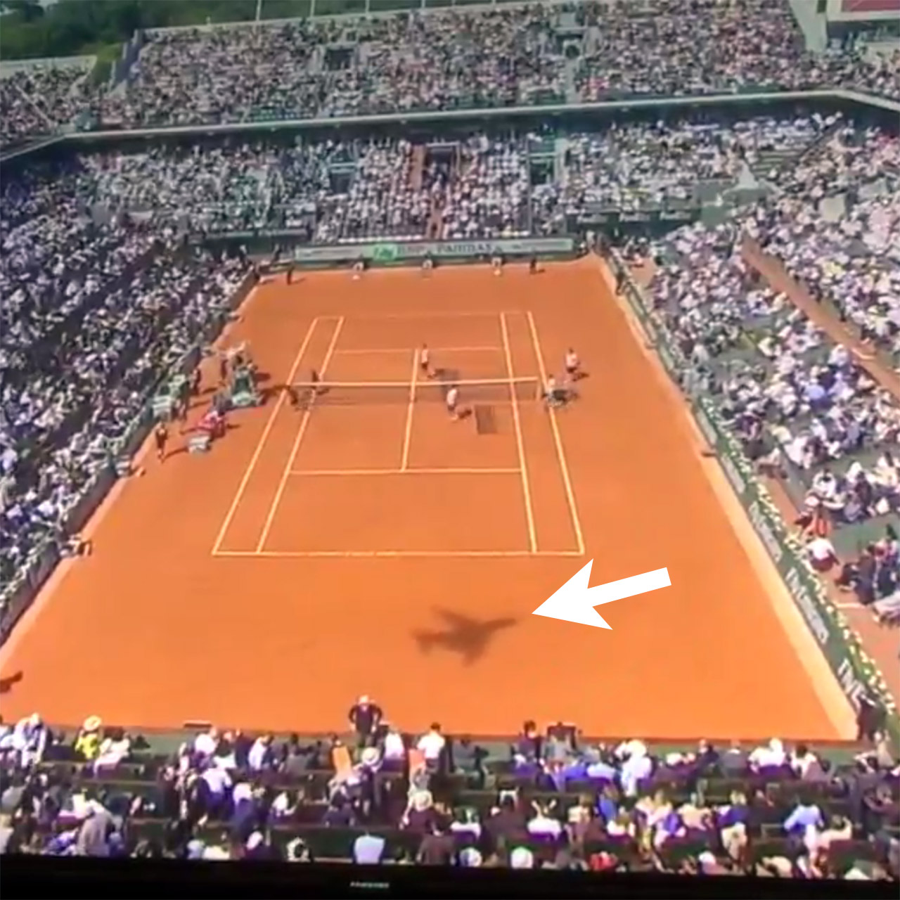 Backward flying plane appears during Serena Williams vs Sloane Stephens match at French Open